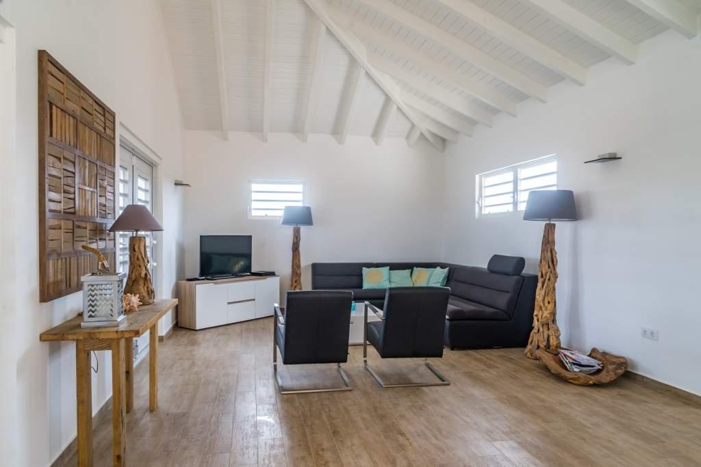 Vakantie Villa Curacao woonkamer met TV. Het vriendelijk Curaçao wacht op u.